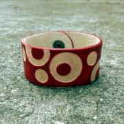 Kožna narukvica sa graviranim kružnim uzorkom - crvena