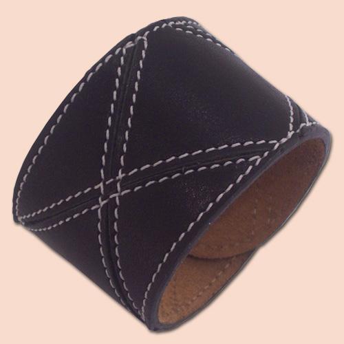 Crna kožna narukvica od rombova