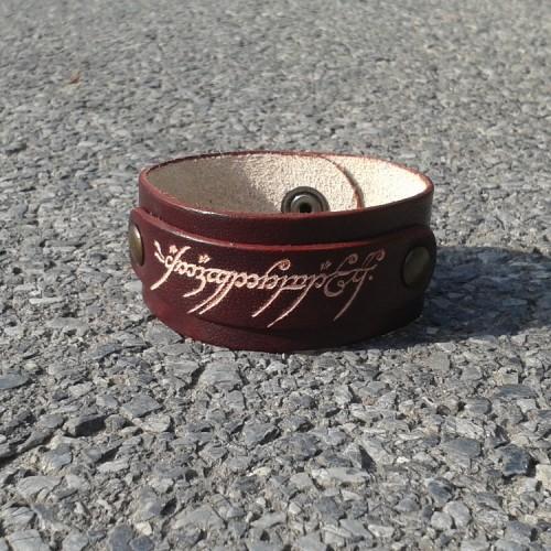 Kožna narukvica sa utisnutim natpisom iz Gospodara Prstenova