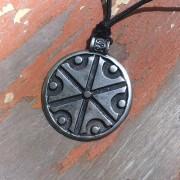Livena ogrlica sa simbolom boga Peruna