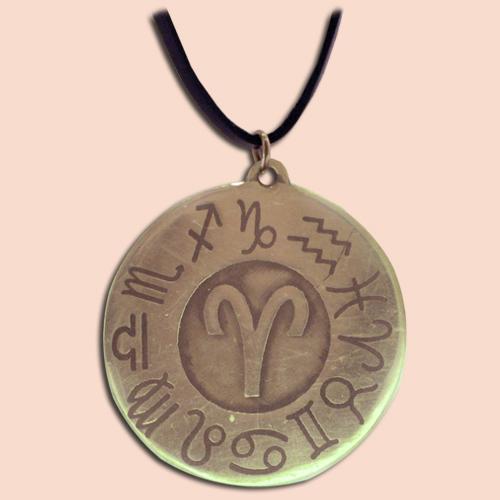 Medaljon sa simbolom Ovna